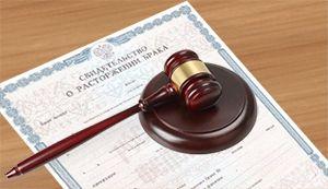 Там документы принимает секретарь, иногда и помощник судьи.